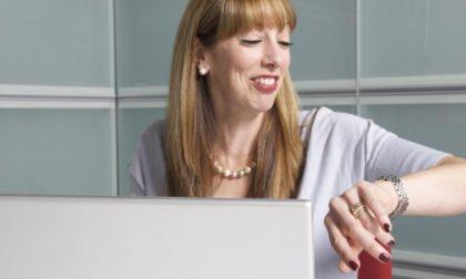 Unternehmensberatung-Roesch-Frau-schaut-auf-Uhr-lacht