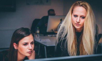 Unternehmensberatung-Roesch-Frauen konzentriert vor Bildschirm