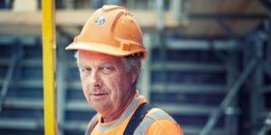 Rösch Unternehmensberatung Bauarbeiter mit Wasserwaage