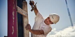 Rösch Unternehmensberatung Bau Arbeiter mit Hammer